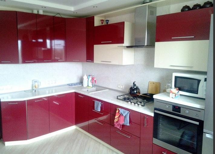Красная кухня в офисе