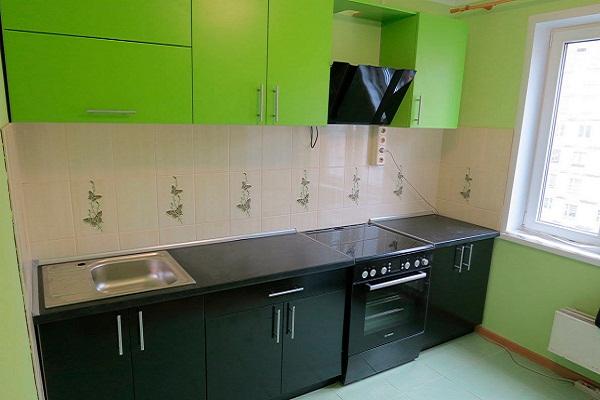 Новая мебель на зеленой кухне