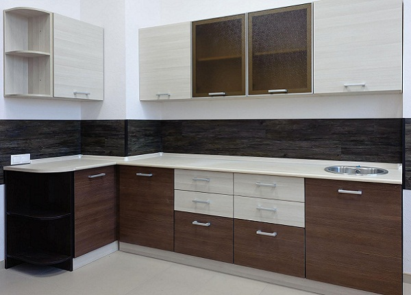 Коричнево белая кухня