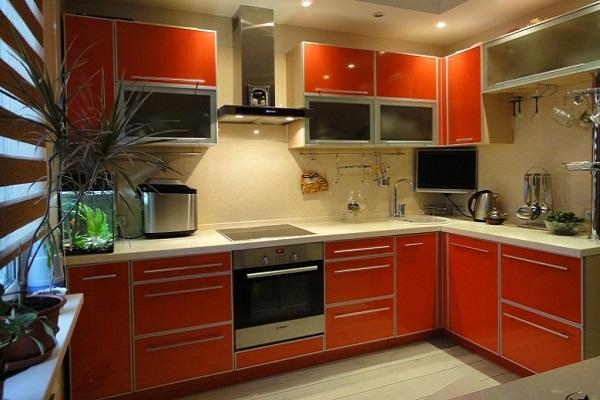 Красно - оранжевая кухня