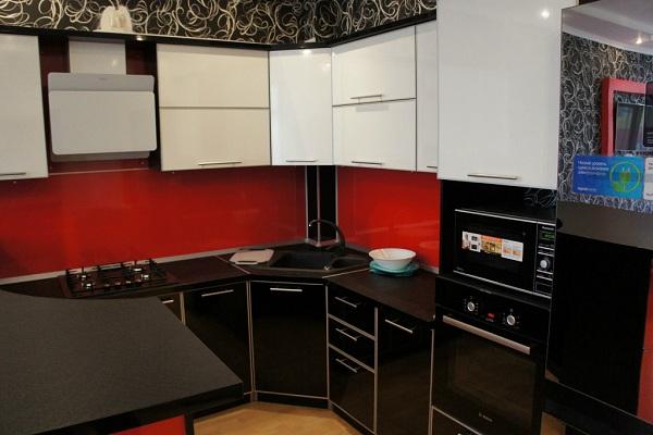 Кухня с красными вставками