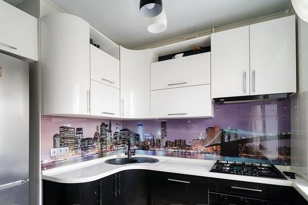 Кухня с картиной города