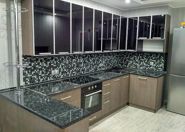 Черная зеркальная кухня