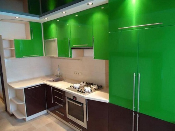 Зеленая + белая кухня