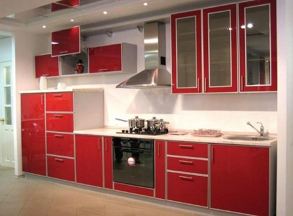 Белая кухня с красными вставками