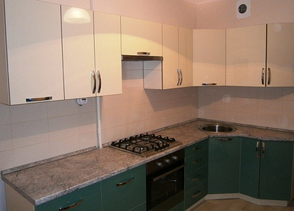 Кухня с навесными шкафами