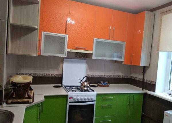 Кухня зелено-оранжевая