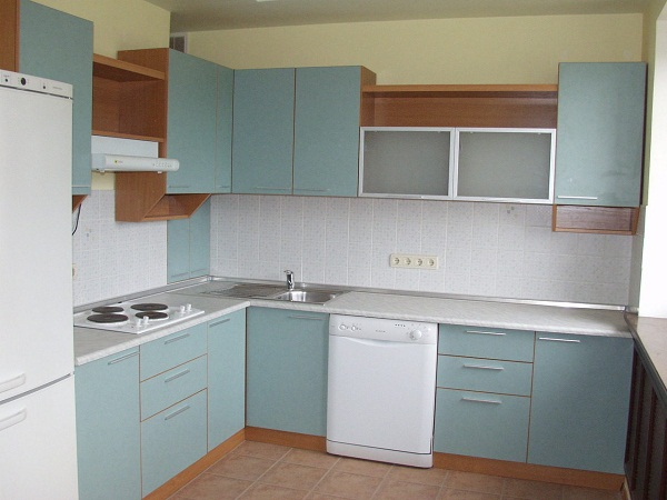Белая кухня с розетками
