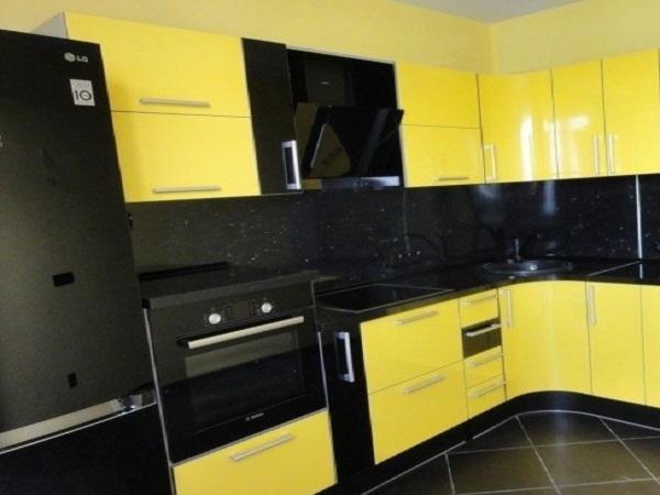 Желто черная кухня в Луганске